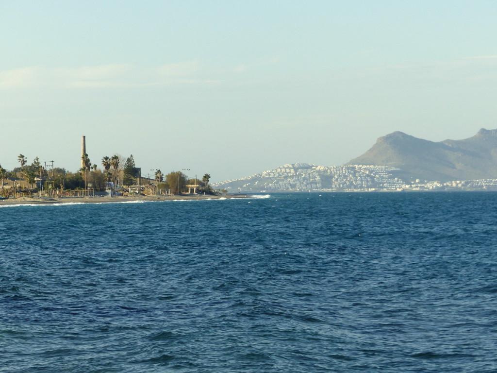 Nur 5 km bis in die Türkei: links die Küste von Kos, rechts die türkische Stadt Bodrum.